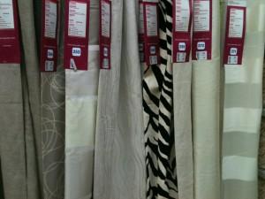 Variété de rideaux contenant diverses nuances de blanc