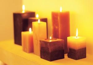 Bougies d'ambiance allumées de forme carré