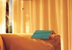 livre ouvert sur rebord de canapé