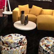 Vases à motifs sur table-basse entourée d'un sofa et de deux fauteils