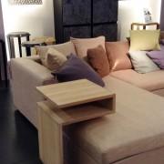 Sofa couleur unie et coussins multicolor