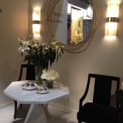 Ambiance fleurie sur une table en marbre entourée de deux chaises