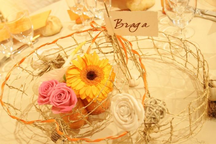 Centre de table, grillage à poule, ficelle, ruban et fleurs fraiches
