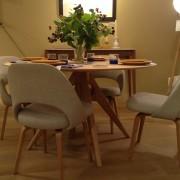 table ronde et fauteuils confortables en tissus